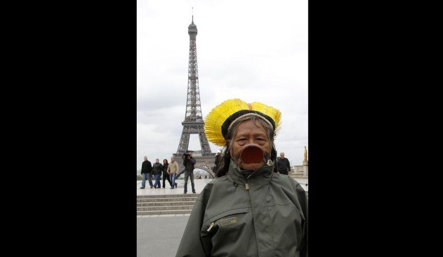 Le chef indien Raoni Txukarramae visitant le parvis des droits de l'Homme, face à la Tour Eiffel.