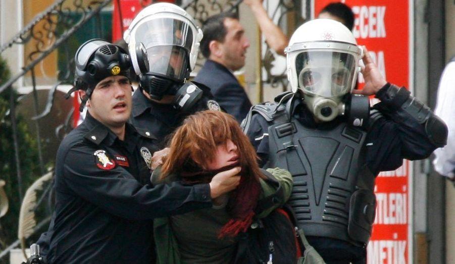 Des incidents violents se sont produits vendredi à Istanbul à l'occasion des manifestations du 1er mai. La télévision a montré des hommes masqués lançant des pierres et des cocktails molotov contre les forces de l'ordre, et faisant briser en éclats des vitrines de banques et de supermarchés.