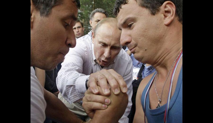 """Le Premier ministre Vladimir Poutine, en arbitre d'un bras de fer, lors de l'université d'été de """"Nashi"""", les jeunesses de son parti, au lac Seliger, à 400 km au nord de Moscou."""