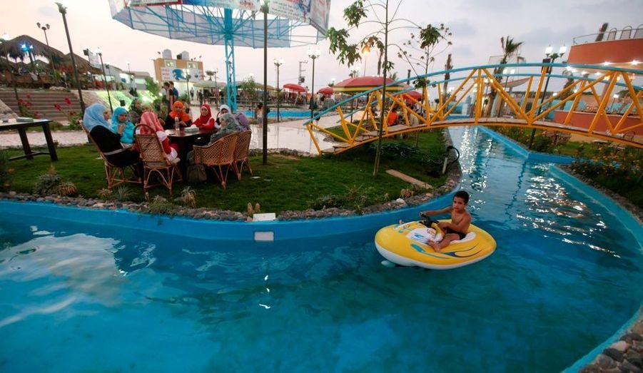 """De nouveaux projets de loisirs et des restaurants sont brusquement apparus sur la Bande de Gaza. Certains sont partiellement financés par des islamistes du Hamas, comme ce parc aquatique, """"Crazy Water Park"""" à Gaza City."""