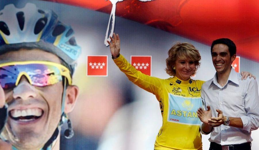 Le vainqueur du Tour de France 2009, l'Espagnol Alberto Contador, a été fêté à Madrid par la présidente de la région, Esperanza Aguirre.