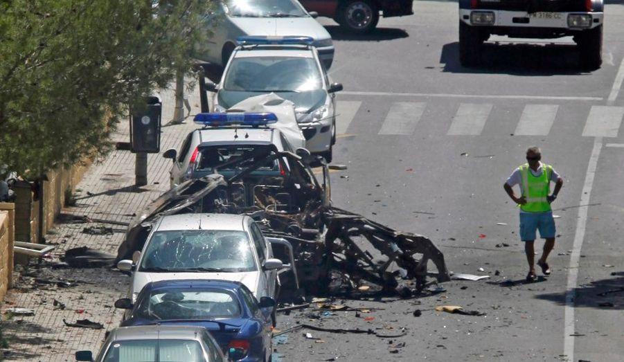 L'explosion d'une voiture survenue à la mi-journée jeudi devant une caserne de la Guardia Civil à Palmanova, dans la ville de Calvia, sur l'île de Majorque, a tué au moins deux gardes civils et fait des blessés, rapporte jeudi El Mundo, qui cite des sources gouvernementales. L'explosion s'est produite à proximité d'hôtels bondés, le jour de l'anniversaire d'une attaque le 30 juillet 1991 à Palma de Majorque. Le fils d'un militaire et un militaire avaient été blessés lors de deux attentats séparés. Un troisième attentat avait échoué.