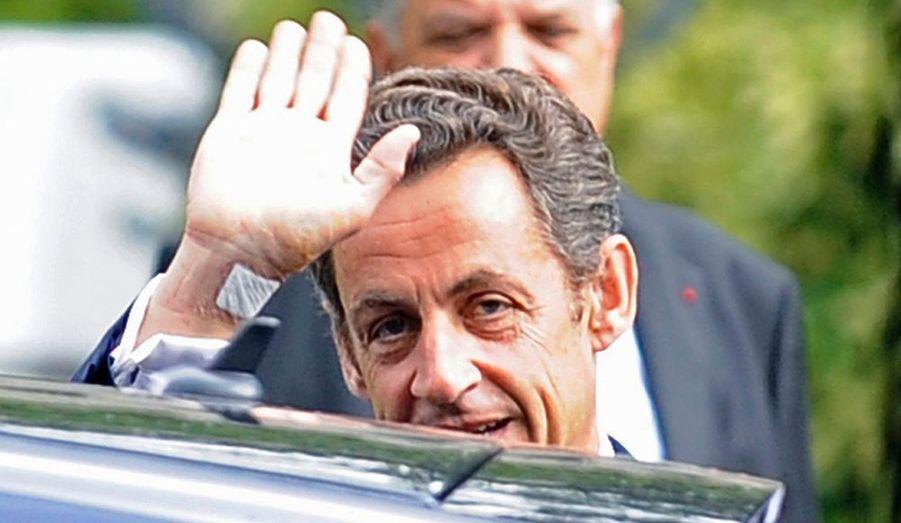 """Le président Nicolas Sarkozy est sorti à pied de l'hôpital du Val-de-Grâce après son léger malaise de dimanche. Carla Bruni l'accompagnait. """"Il ressort de cette surveillance et de ces examens complémentaires que le malaise n'a aucune cause cardiologique non plus qu'aucune conséquence cardiologique. Aucun élément électrocardiographique évocateur d'un trouble du rythme n'a été décelé. Il est confirmé par ailleurs (bilan sanguin, électroencéphalogramme, IRM cérébrale) qu'il n'y a ni cause ni conséquence neurologique ou métabolique"""", précise l'Elysée dans un communiqué."""