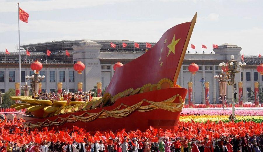 Pékin a commencé jeudi à battre au rythme du défilé militaire géant organisé pour célébrer le 60e anniversaire de la République populaire de Chine et son rang actuel de grande puissance. Tous les piétons ont été évacués du centre de la capitale par des milliers de soldats et policiers déployés à tous les carrefours de la ville pour s'assurer que rien ne vienne gâcher la fête.