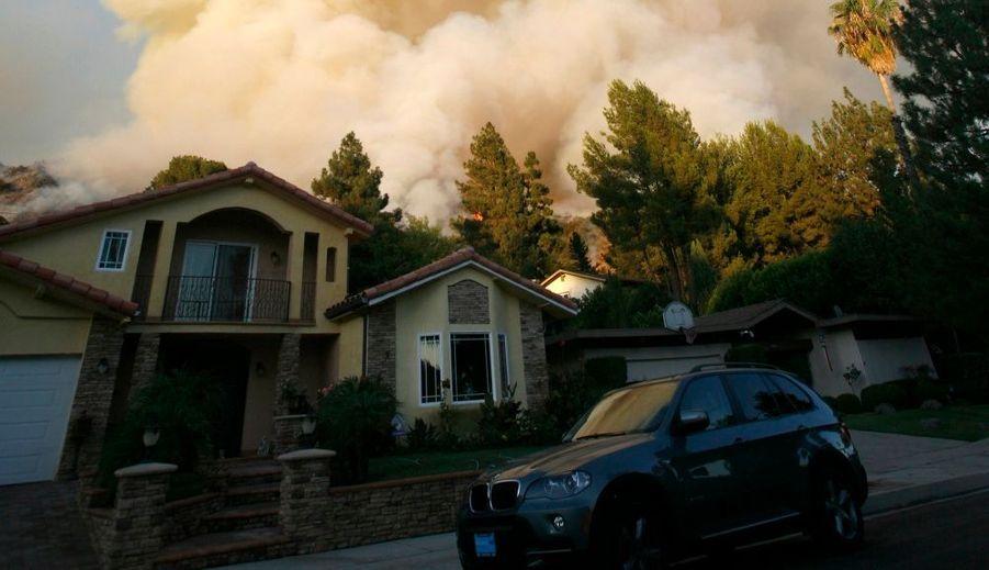 Les pompiers ont dû battre en retraite lundi devant l'incendie de forêt qui fait rage dans des montagnes situées juste au nord de Los Angeles et menace 6 000 habitations ainsi que les installations de télécommunications du Mont Wilson. En six jours, le feu, qui s'est déclaré mercredi dernier, a parcouru 4 500 hectares, et sa progression s'accélère: dimanche soir, la superficie dévastée par les flammes était de 17 000 hectares. De spectaculaires colonnes de fumée sont visibles sur plusieurs kilomètres. Plus de 2 500 pompiers sont mobilisés, dont des renforts venus du Montana et du Wyoming, et deux d'entre eux ont péri dimanche après-midi en luttant contre le feu dans la forêt nationale d'Angeles. Il s'agit des deux premiers morts de cet incendie. Ils appartenaient à la brigade de Los Angeles.
