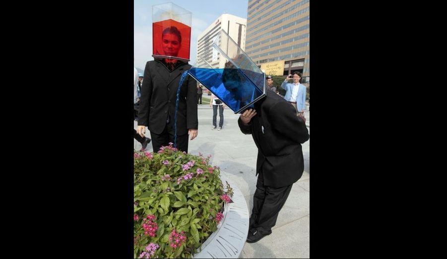 A Séoul, des artistes déambulent dans les rues en portant un bocal transparent rempli d'eau.