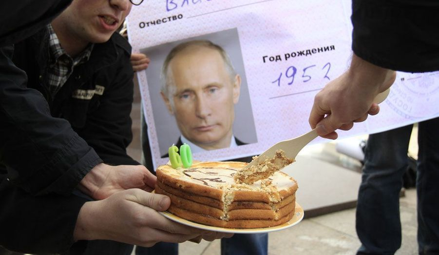 A Moscou, des activistes coupent des parts de gâteau devant la reproduction d'une carte de retraité au nom de Vladimir Poutine, manière de signifier au président russe qu'il a fait son temps. Le dirigeant fête ce dimanche ses 60 ans.