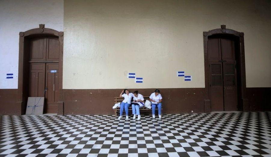 Des infirmières prennent du temps avant de repartir au travail, à l'hôpital de Tegucigalpa, au Honduras.