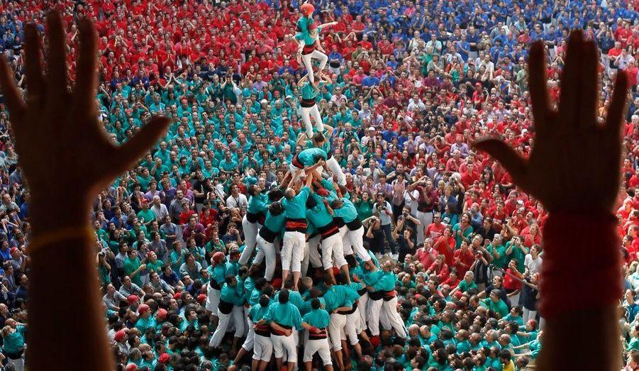 A Tarragone, la troupe Castellers de Vilafranca forme une pyramide humaine, à l'occasion d'une compétition biannuelle.