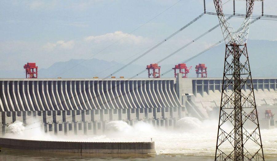 Lâchage d'eau au barrage des Trois Gorges, en Chine, mardi. La dernière turbine de cet énorme édifice a été connectée mercredi.