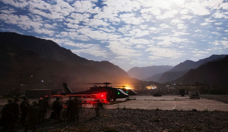Des militaires montent à bord de deux hélicoptères Blackhawk au poste avancé de Nangalam, dans la vallée de Pech, province de Kunar, en Afghanistan.