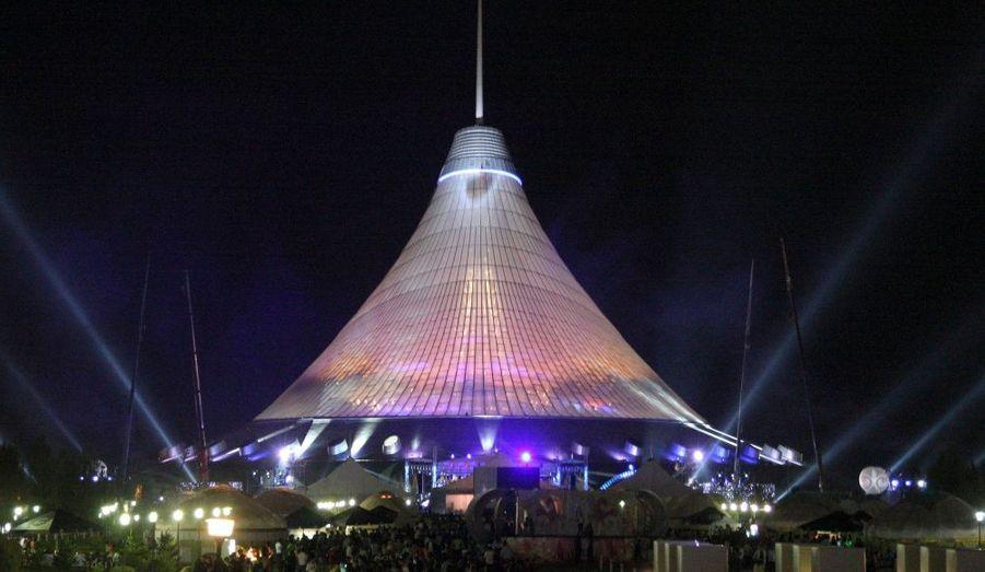 Inauguration de Khan Shatyr, la plus grande tente du monde conçue par l'architecte anglais Norman Foster, abritant un mini terrain de golf, des chuttes d'eau et des jardins botaniques, le 6 juillet 2010 à Astana au Kazakhstan.