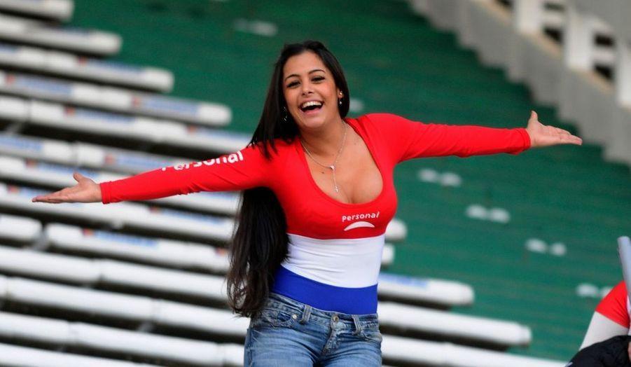 La spectaculaire Larissa Riquelme est de retour dans les tribunes. La belle citoyenne du Paraguay a assisté à la rencontre entre son pays et le Brésil conclue par un match nul (2-2).