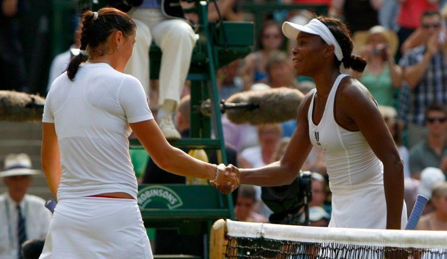 Venus a rejoint Serena en finale du tournoi de Wimbledon en balayant Dinara Safina, la numéro 1 mondiale, sur le score de 6-1, 6-0.
