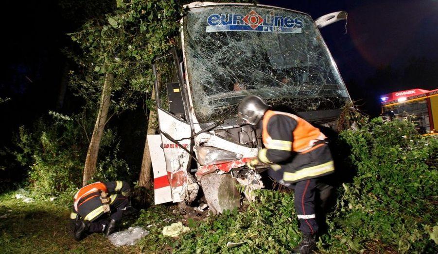 Une personne a trouvé la mort et 22 autres ont été blessées vendredi soir dans l'accident d'un autocar néerlandais sur l'autoroute A2 dans le Nord. L'accident s'est produit vers 19h30, à Crespin (Nord), près de la frontière franco-belge. Le bus s'est déporté sur la droite et s'est couché dans un fossé. 17 personnes ont été légèrement blessées et onze s'en sont sortis indemnes. Les passagers blessés ont été dirigés vers les hôpitaux de la région, l' A2 a été coupée à la circulation.