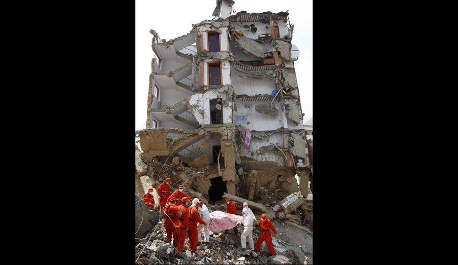 Des sauveteurs s'activent à Zhouqu, province chinoise du Gansu, pour trouver des survivants après les glissements de terrain meurtriers qui ont frappé la région le weekend dernier. Les autorités chinoises ont annoncé mercredi que le bilan s'élevait à 1117 morts.