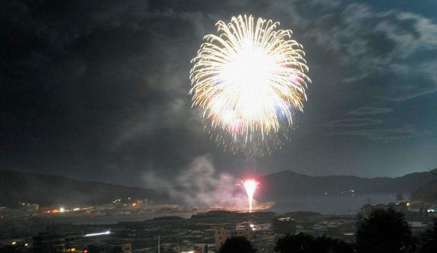 Cinq mois après le séisme et le tsunami du 11 mars dernier, la ville d'Otsuki, dans la préfecture d'Iwate, au Japon, a commémoré l'événement par des feux d'artifices.