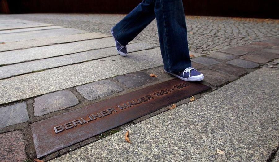 La ligne au sol marque l'emplacement de l'ancien mur de Berlin. La capitale allemande s'apprête à commémorer les cinquante ans de l'érection du mur, le 13 août 1961.