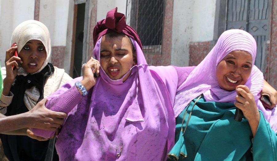Des femmes sont sorties blessées du théâtre national de Mogadiscio (Somalie). Une explosion est survenue en pleine cérémonie, alors que le Premier ministre somalien prononçait un discours. L'attaque a fait au moins six morts et a été revendiquée par les islamistes d'al Chabaab. D'après un médecin de l'hôpital Madina interrogé par Reuters, deux ministres et un député auraient été blessés.