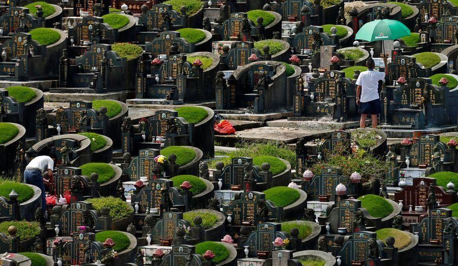 Cette année, le jour des morts pour les Chinois - la Fête de Qing Ming - tombe ce jeudi 4 avril. En Chine, mais aussi dans de nombreuses villes dans le monde, comme ici à Singapour, la communauté entretient les tombes et honore les morts.