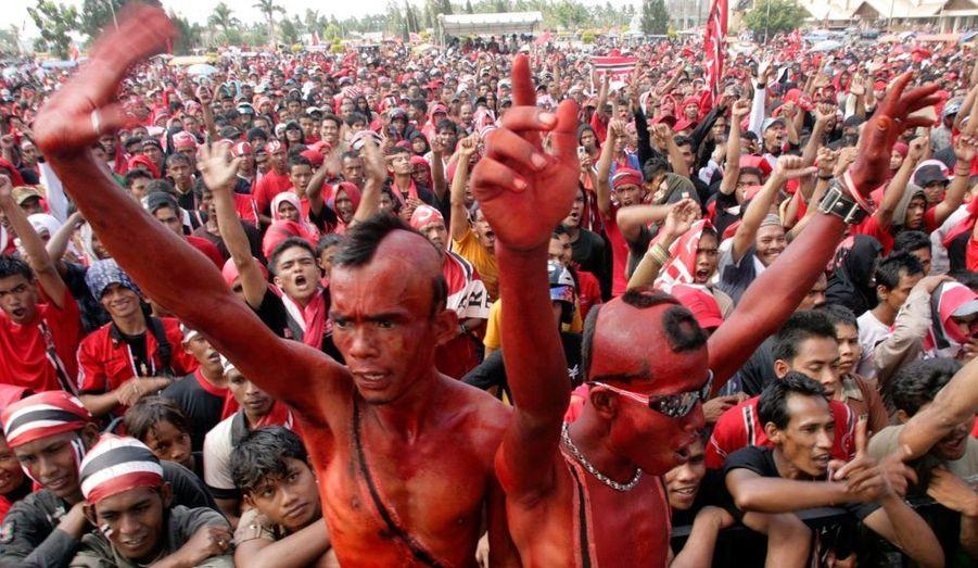 Les supporters du Parti d'Aceh, colorés en rouge, manifestent dans les rues de Banda avant les élections parlementaires, le 9 avril prochain.