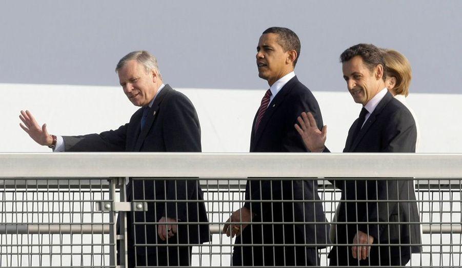 Le président Barack Obama a choisi de traverser le Rhin à pied, accompagné du président français Nicolas Sarkozy (à dr.), de la chancelière allemande Angela Merkel (cachée par le chef d'Etat français) et du secrétaire général de l'Otan Jaap de Hoop Scheffer (à g.). Le sommet de l'Otan coorganisé par la France et l'Allemagne à l'occasion du 60e anniversaire du traité de l'Atlantique Nord est en effet éclaté sur trois sites : Strasbourg en France, Kehl et Baden-Baden en Allemagne.