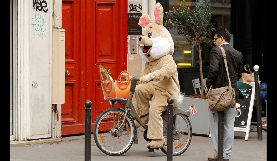 Un homme déguisé en lapin se balade dans Paris en Vélib.