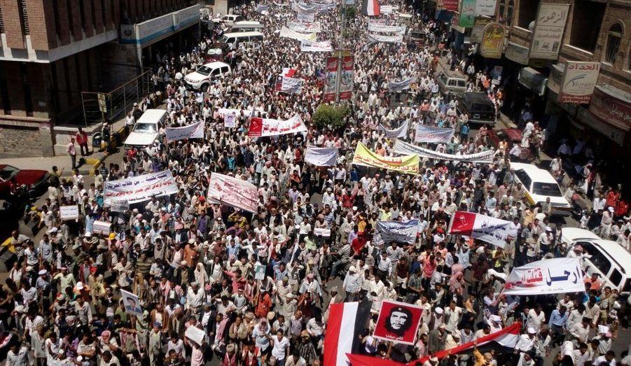 """Les pays du Golfe """"espèrent conclure un accord"""" sur le départ du président yéménite Ali Abdallah Saleh, a déclaré mercredi le Premier ministre du Qatar. Une proposition de compromis est en train d'être adressée au chef de l'Etat, au pouvoir depuis 32 ans, ainsi qu'à l'opposition du pays le plus pauvre de la péninsule arabique, a précisé cheikh Hamad ben Jassim al Thani en marge d'une conférence à New York."""