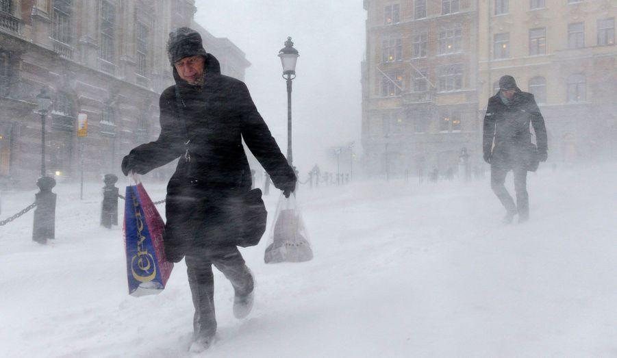 La capitale de la Suède, Stockholm, était paralysée mercredi par des chutes de neige. Environ 30 cm recouvrent les rues de la ville et l'aéroport a dû fermer.