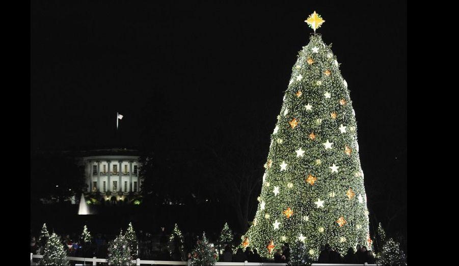 """L'arbre de Noël de la Maison blanche a été allumé après une cérémonie hier soir à Washington. Suivant une tradition établie en 1923 par le président Calvin Coolidge, Barack Obama, sa femme Michelle et leurs filles Malia et Sasha ont poussé ensemble le bouton illuminant le sapin. """"Ce soir, nos pensées et nos prières vont vers les hommes et les femmes qui passeront les fêtes loin de leurs foyers, les mères et les pères, les fils et les filles de nos soldats qui risquent leur vie chaque jour pour que nous soyons en sécurité"""", a déclaré le président américain, qui vient d'annoncer l'envoi de 30 000 militaires américains supplémentaires en Afghanistan."""