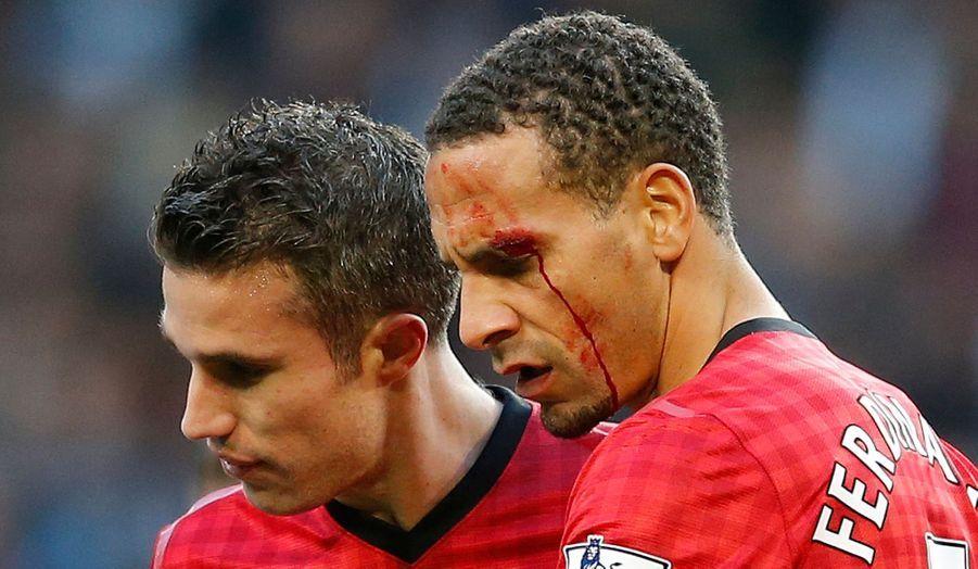 Le joueur de Manchester United Rio Ferdinand a été touché par un projectile lancé depuis le public, pendant le match qui opposait son équipe à Manchester City.