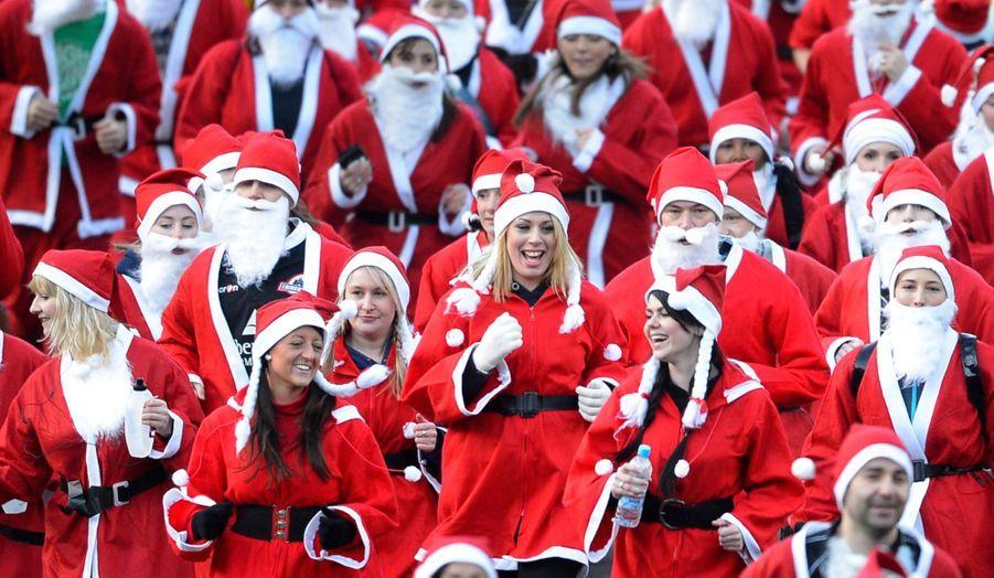 """A Édimbourg, en Ecosse, plusieurs centaines de personnes déguisées en Père Noël ont participé à l'annuelle """"Great Santa Run""""."""