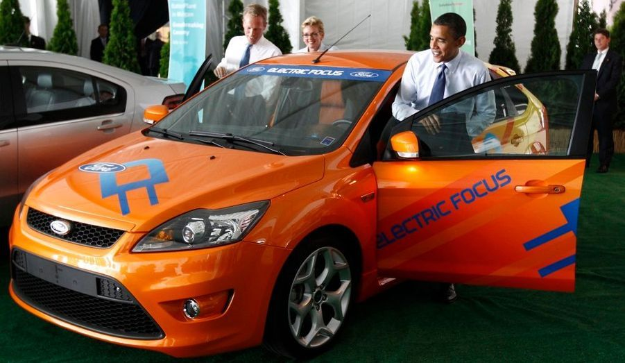 Le président américain s'installe dans une Ford Focus électrique à l'inauguration d'une usine Compact Power Inc. dans le Michigan, hier.