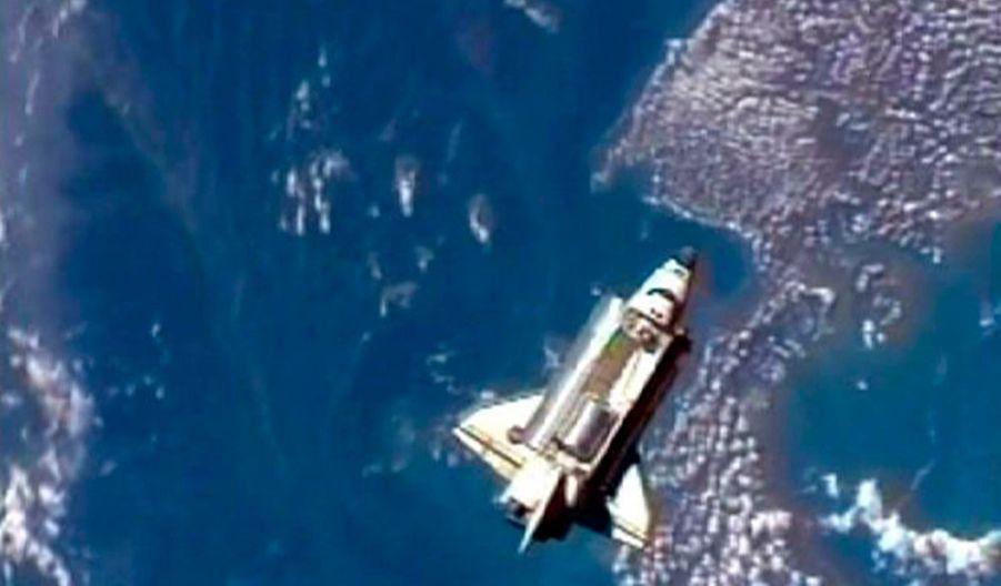 """La navette spatiale américaine Discovery s'est arrimée dans la nuit de dimanche à lundi à la Station spatiale internationale (ISS). Près de deux jours après avoir décollé du Centre spatial Kennedy, Discovery a atteint l'ISS lundi à 00h54 GMT, à quelque 360 km au-dessus de l'océan Atlantique. """"Le rendez-vous et l'arrimage ont été aussi doux que de la soie"""", a annoncé Rob Navias, responsable de la Nasa. Les deux engins spatiaux vont passer neuf jours bord à bord, le temps de décharger les sept tonnes de matériel que la navette a acheminées depuis la Terre. Trois sorties dans l'espace sont également au programme de l'équipage avant le retour de Discovery, le 10 septembre."""