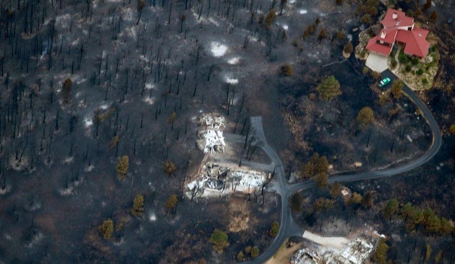 Une vue spectaculaire d'une maison épargnée par les incendies qui se sont produits à Boulder, dans l'état du Colorado aux Etats-Unis.