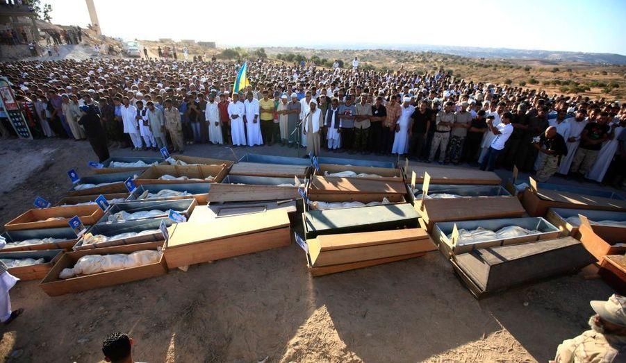 Des centaines de personnes se sont rassemblées afin d'enterrer les corps des 35 personnes retrouvées dans un container dans la ville libyenne d'Al-Qalaa. Ils auraient été victimes d'une milice pro-Kadhafi, menée par un des fils du Guide, Khamis.