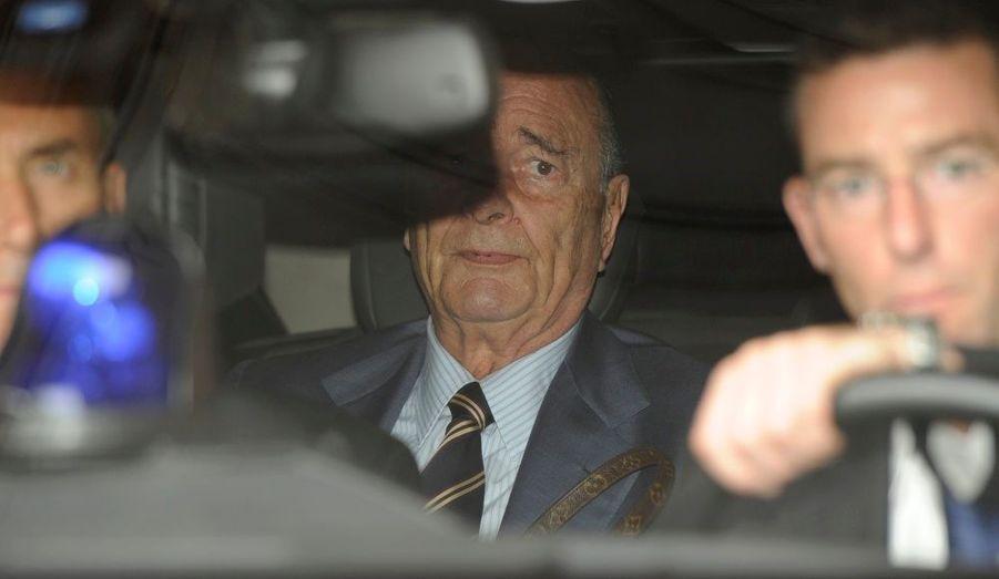 L'ancien président de la République quitte son appartement parisien à bord de sa voiture mercredi. Le procès qui le vise se déroule en son absence en raison de ses problèmes de santé.
