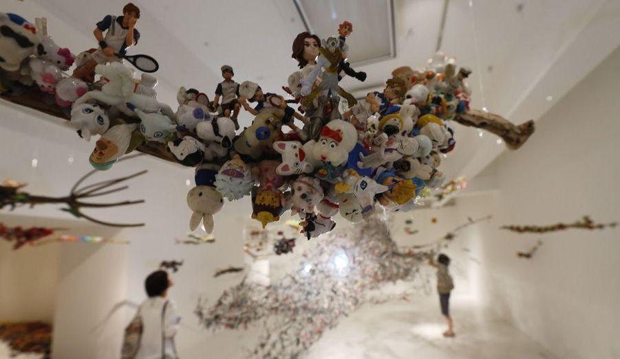 """A Tokyo, une exposition insolite ouvre ses portes ce jeudi. Il s'agit de """"Toy Stick"""", une initiative de l'artiste japonnais contemporainHiroshi Fuji, qui a eu l'idée de collecter le plus de jouets invendus pour, donc, les exposer."""