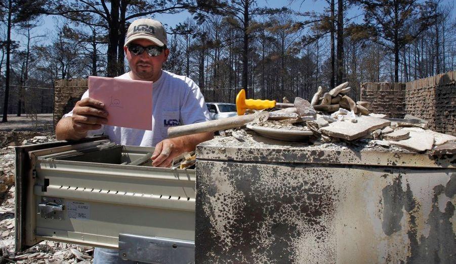 Eric Kemper relit une lettre écrite par sa belle-sœur, tuée en Irak. Par chance, le papier était stocké dans une armoire résistante au feu et n'a pas été détruite par les incendies qui touchent le Texas.