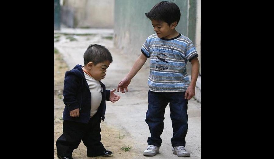 Edward Nino Gernandez a été reconnu comme le plus petit homme sur terre par le Guinness World Records 2011. A 24 ans, il mesure 70 cm. Ici, il marche avec son frères de 11 ans dans les rues de Bogota.