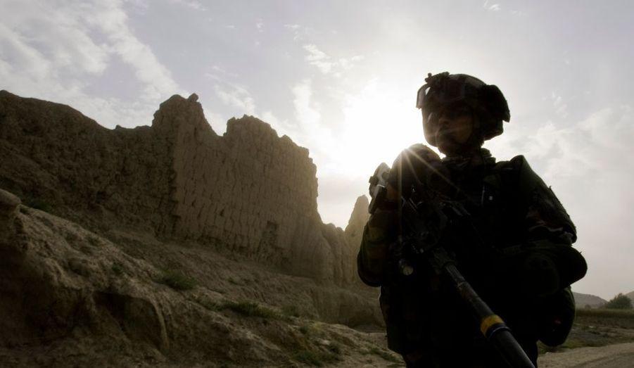 """Un soldat français a trouvé la mort et neuf autres ont été blessés, dont plusieurs grièvement, lors d'une attaque contre leur patrouille vendredi matin en Afghanistan, annonce l'Elysée. La victime était un caporal du 3e régiment d'infanterie de marine de Vannes. Il s'agit du 30e soldat français tué en Afghanistan. Dans un communiqué, l'Elysée indique que la patrouille a été visée par un engin explosif. Nicolas Sarkozy s'est """"associé à la douleur des familles et de leurs proches"""". Il a également souhaité """"un prompt rétablissement aux blessés""""."""