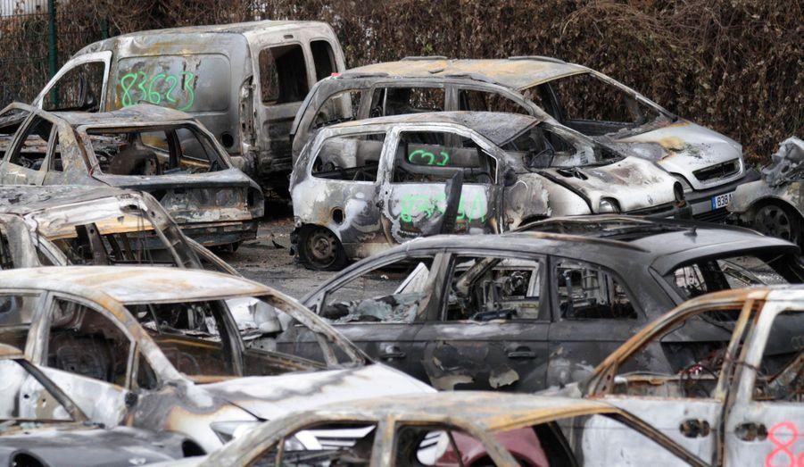 Des carcasses de voitures brûlées durant la nuit de la Saint-Sylvestre s'entassent dans une fourrière à Strasbourg.