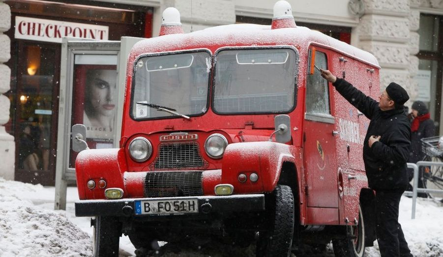 Un ramoneur nettoie les vitres de son camion après les pluies verglaçantes qui se sont abattues sur la ville de Berlin. L'état d'urgence a été déclaré, suite aux intempéries dans la région.