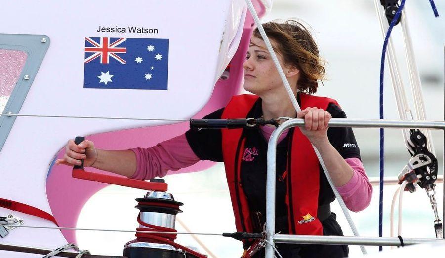 Jessica Watson est revenue samedi de son tour du monde à la voile, en solitaire. La jeune australienne de 16 ans est arrivée à 4 heures GMT dans le port de Sydney à bord de son voilier rose, accueillie par une centaine de bateaux. L'adolescente a fait un périple de 23.000 milles nautiques, et sept mois dans les mers du sud. C'est la plus jeune navigatrice à réaliser un tel exploit. Son aventure avait créé la polémique à cause de son jeune âge. Les autorités de l'État du Queensland, dont elle est originaire, avaient voulu la dissuader de prendre la mer. jessica Watson est devenue une vraie star en Australie. Ses fans ont pu suivre ses aventures en mer sur son blog.