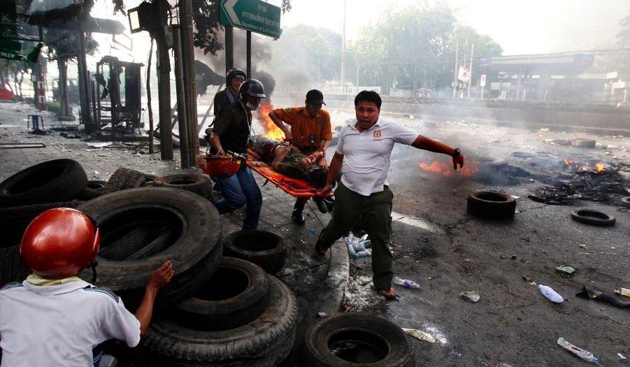 Le dernier bilan des affrontements qui opposent depuis deux jours l'armée thaïlandaise à des manifestants hostiles au gouvernement s'élève désormais à 22 morts, a annoncé le centre médical public Erawan. Aucun étranger ne fait partie des victimes, qui sont tous des civils, a précisé l'organisme public.