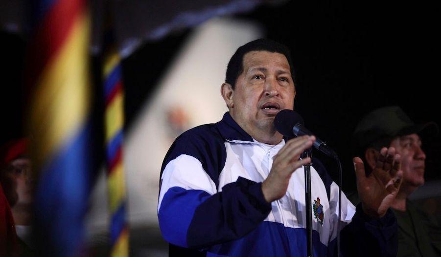 """Le président vénézuélien Hugo Chavez est rentré dans la nuit de vendredi à samedi à Caracas et il a annoncé """"la fin et la réussite"""" de la radiothérapie qu'il subissait à Cuba pour traiter son cancer.""""Je dois vous informer que ces derniers jours ont terminé avec succès tout le cycle de radiothérapie"""", a déclaré M. Chavez en arrivant à l'aéroport de Caracas, dans une émission transmise par la radio et la télévision."""