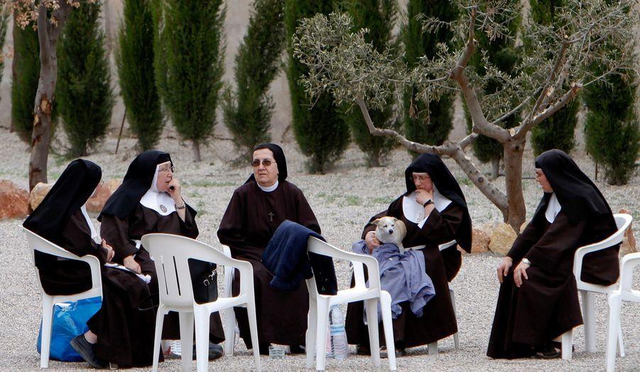 Assises sur des chaises en plastique, des sœurs patientent dans la cour de leur couvent, dans le Sud-Est de l'Espagne. Depuis hier soir jusqu'à cinq heures du matin, 29 secousses ont été ressenties près de la ville de Lorca. La plus forte aurait atteint une magnitude comprise entre 5,1 et 5,3. Neuf personnes ont trouvé la mort.