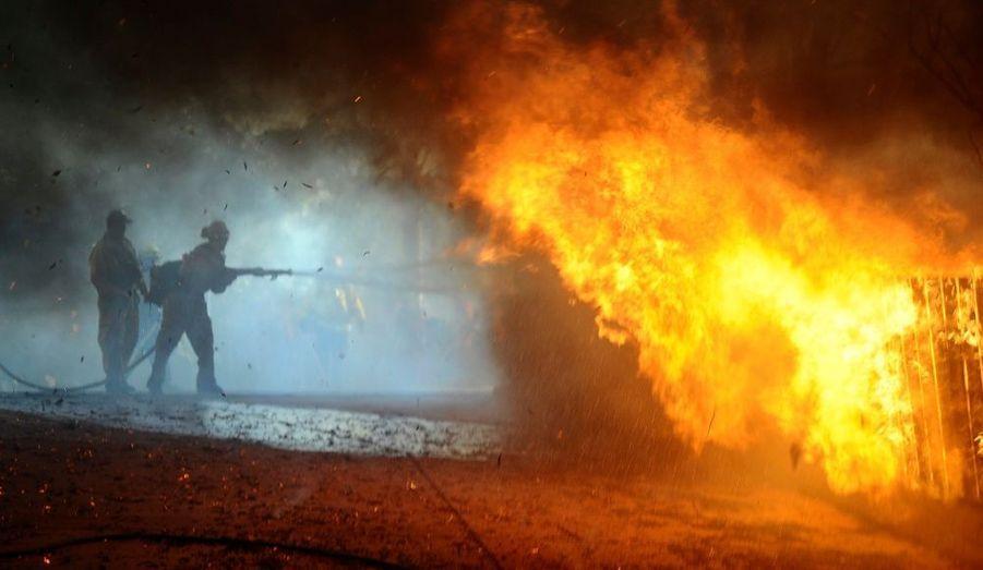 Attisés par le vent, les incendies qui frappent le centre de la Californie près de Santa Barbara ont ravagé quelque 525 hectares et détruit plusieurs dizaines de maisons, ont annoncé les autorités jeudi. Dix pompiers ont été blessés en luttant contre les flammes et 13 500 personnes ont reçu l'ordre d'évacuer leurs habitations. Près de 1400 pompiers sont mobilisés pour contenir ces incendies, qui pourraient être d'origine criminelle.