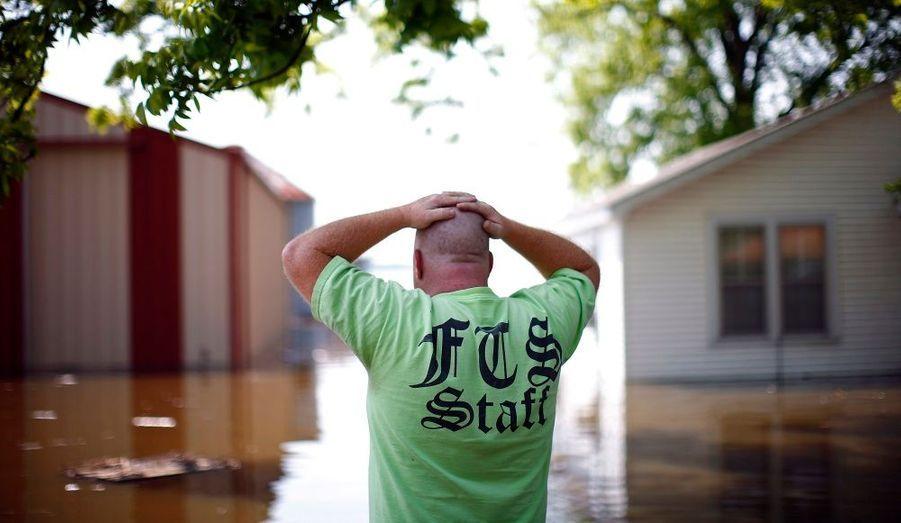 Un homme devant l'ampleur du désastre, samedi 7 mai à Finley, dans le Missouri. Une inondation a surpris ce week-end le centre des États-Unis. Les autorités avaient alors prévenu d'une crue anormalement haute du Mississippi, due aux fortes chutes d'eau ces derniers jours.