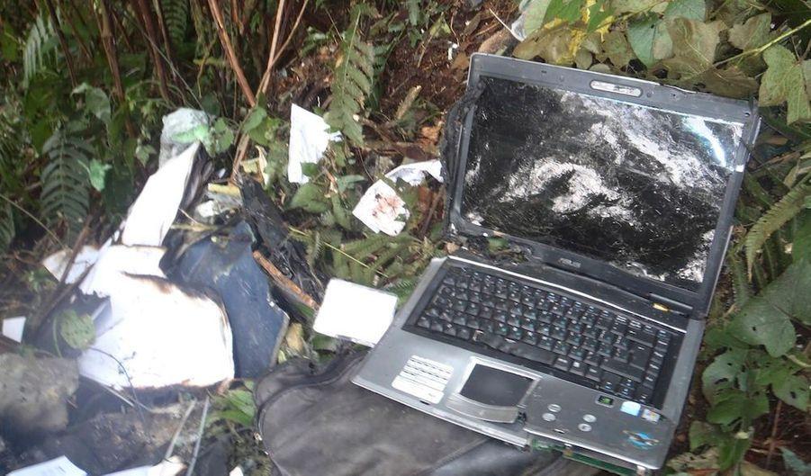Un ordinateur est aperçu dans les décombres du Superjet 100 de l'avionneur russe Soukhoï, qui s'est écrasé mercredi en Indonésie. L'avion avait à son bord une quarantaine de personnes, et pour l'heure, douze corps ont été retrouvé.